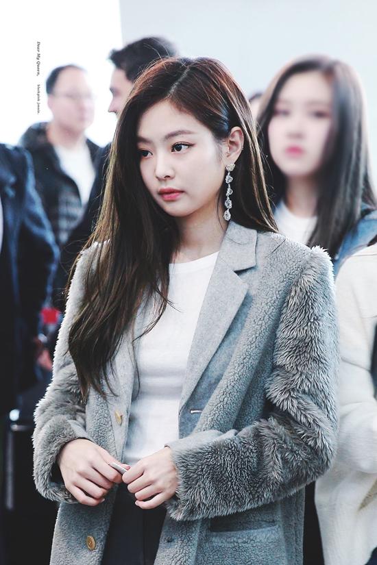 Trong nhiềubộ cánh thời trang sân bay, Jennie toát lên phong thái thanh lịch, đẳng cấp.