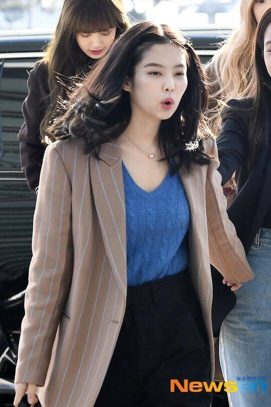 Sáng 13/1, Black Pink xuất hiện ở sân bay Incheon. Jennie gây chú ý khi để kiểu tóc lạ. Nữ idol kẹp hai lọn tóc hai bên, tạo nên hình ảnh cưa sừng làm nghé hài hước trong mắt người hâm mộ.