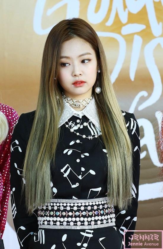 Jennie không phải là mẫu idol xinh đẹp truyền thống nhưng nét kiêu kỳ là thế mạnh giúp cô nổi bật trong đội hình nhóm. Phong cách, khí chất sang chảnh đã trở thành thương hiệu của nữidol sinh năm 1996.