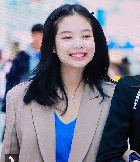 Biểu cảm xinh tươi của Jennie tại sân bay khiến fan vui lây.