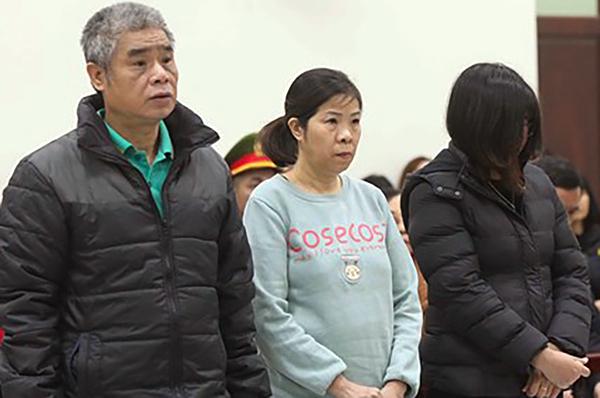 Ba bị cáo Phiến, Quy, Thủy trong phiên xét xử ngày 14/1. Ảnh: TTXVN