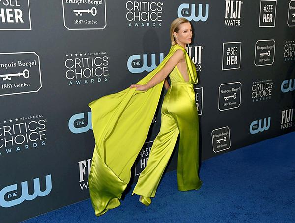 Nữ diễn viên của series phim Good Place tự tin bước đi trên thảm xanh. Chất liệu lụa bóng và phần tà áo tạo nên sự bay bổng cho thiết kế.