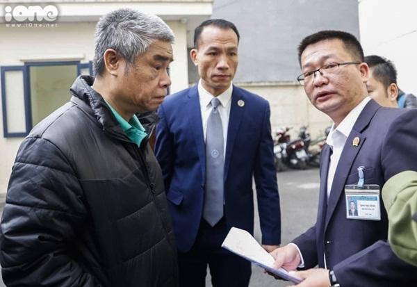 Bị cáo Doãn Quý Phiến và luật sư bào chữa có mặt ở tòa án. Ảnh: Đình Tùng.