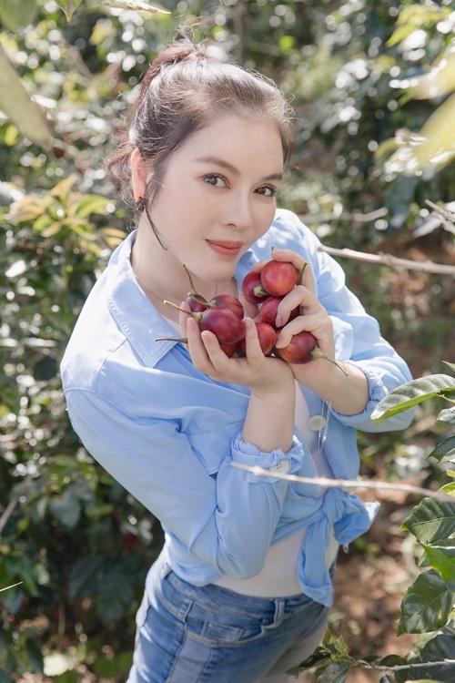 Lý Nhã Kỳ cho biết cô thích làm nông nghiệp từ lâu nhưng mãi cuối năm 2019 mới có cơ hội đầu tư xây dựng trang trại trồng rau sạch ở Đà Lạt. Tự tay trồng trọt, chăm bón khu vườn của mình, cô thấy cuộc sống luôn tươi mới, tích cực.
