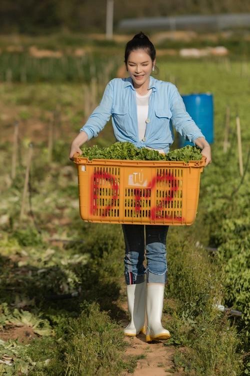 Cô bê rổ xà lách vừa thu hoạch. Người đẹp nói công việc làm nông khá vất vả nhưng giúp cô tĩnh tâm sau những ngày làm việc căng thẳng.