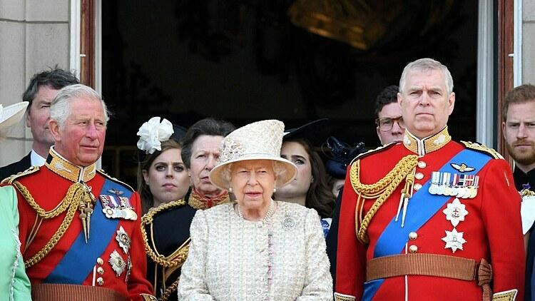 Hoàng tử Andrew (phải) tham gia một sự kiện cùng Nữ Hoàng cùng anh trai, Thái tử Charles.