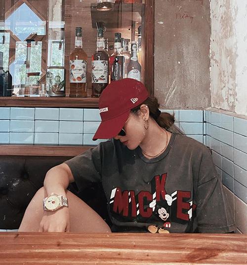 Yến Nhi có cả bộ sưu tập áo Mickey đủ màu sắc.