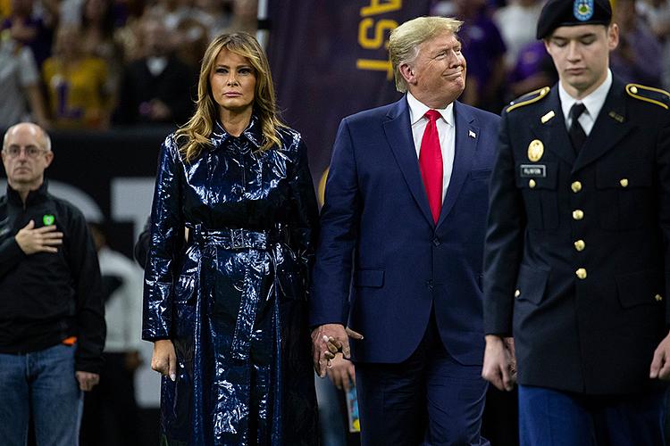 Melania nắm tay Trump trong nghi lễ chào cờ.