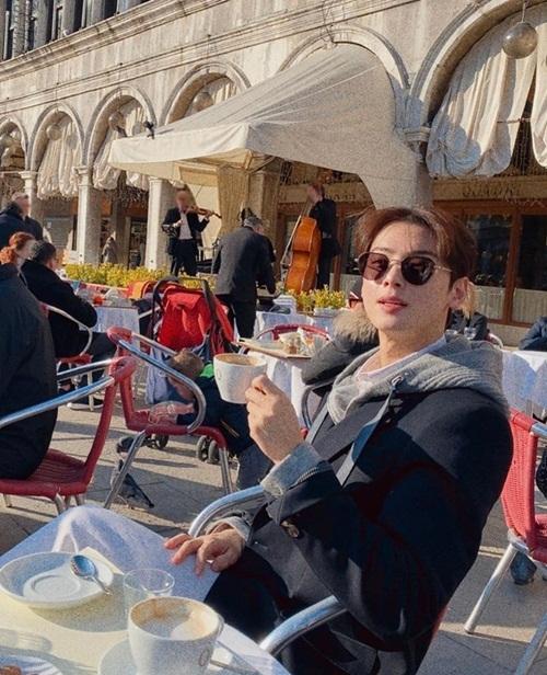 Cha Eun Woo thảnh thơi uống cà phê, nghe nhạc sống.