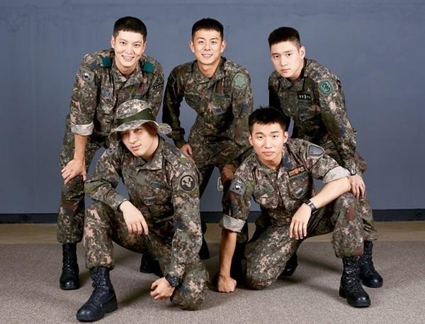 Nhóm nhạc quân đội gồm: Tae Yang và Dae Sung (hàng trước), nam diễn viên Joo Won, Go Kyung Po và rapper Beenzino. Họ trở nên thân thiết khi gặp nhau trong quân ngũ, thường xuyên biểu diễn chung và vẫn giữ quan hệ tốt cả khi đã xuất ngũ.