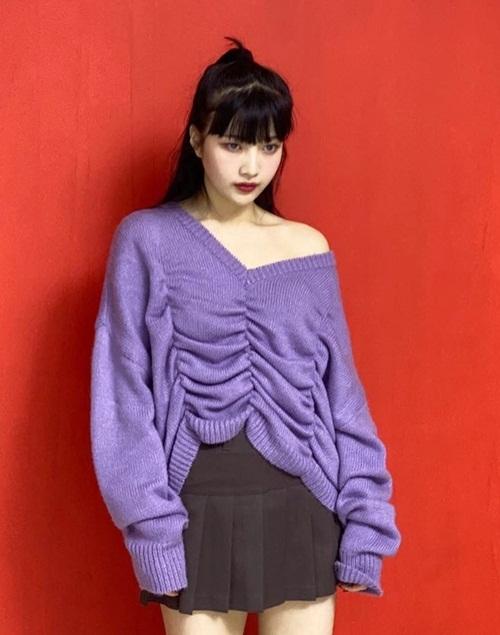 Joy để tóc và ăn mặc trẻ trung trong buổi chụp hình. Chiếc áo len trễ vai tạo nét quyến rũ cho cô nàng.