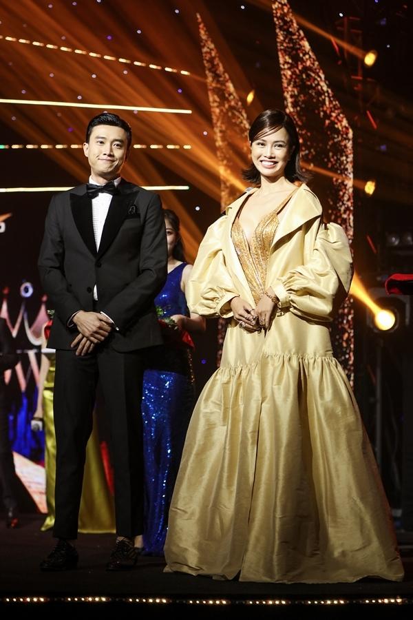 Vũ Ngọc Anh (giữa) cùng diễn viên Quốc Trường nhận danh hiệu King and Queen of the night trong đêm Gala Ngôi sao của năm 2019.