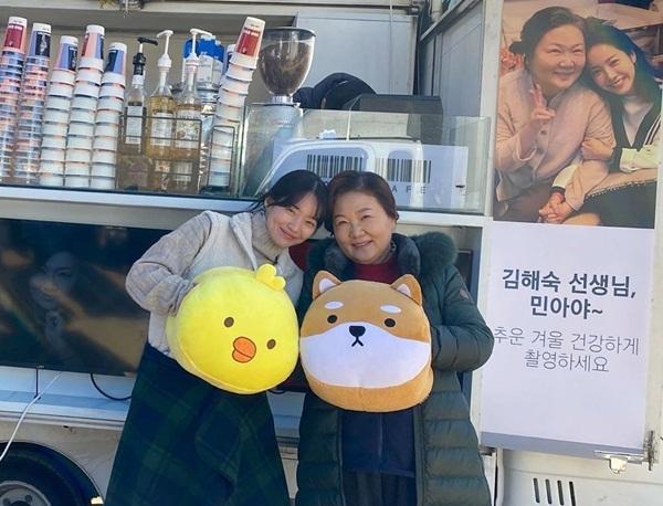 Han Ji Min gửi xe cà phê đến trường quay tặng hai đồng nghiệp thân thiết là Kim Hae Sook và Shin Min Ah.