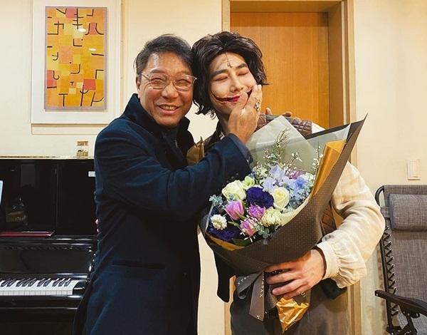 Chủ tịch Lee Soo Man thân mật vuốt má Su Ho khi đến xem trưởng nhóm EXO diễn nhạc kịch.