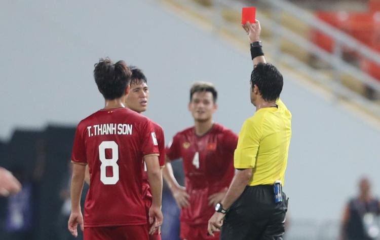 Đình Trọng nhận thẻ đỏ vì lỗi đánh nguội một cầu thủ Triều Tiên tối 16/1. Ảnh: Đức Đồng.
