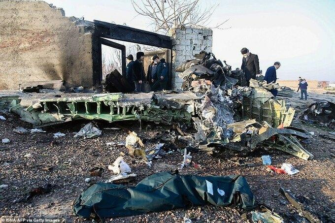 Hiện trường máy bay rơi ở Iran. Ảnh: AFP.