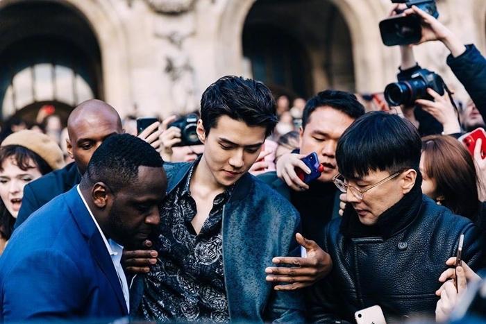 Khí chất ngôi sao của nam idol khiến nhiều người qua đường cũng không thể rời mắt. Se Hun được khen đẹp trai cổ điển như những soái ca Hong Kong thập niên 1990 hoặc giống với nhân vật trong phim hành động.