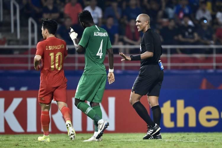 Trọng tài người Oman, ông  Al-Kaf (áo đen) điều khiển trận đấu.