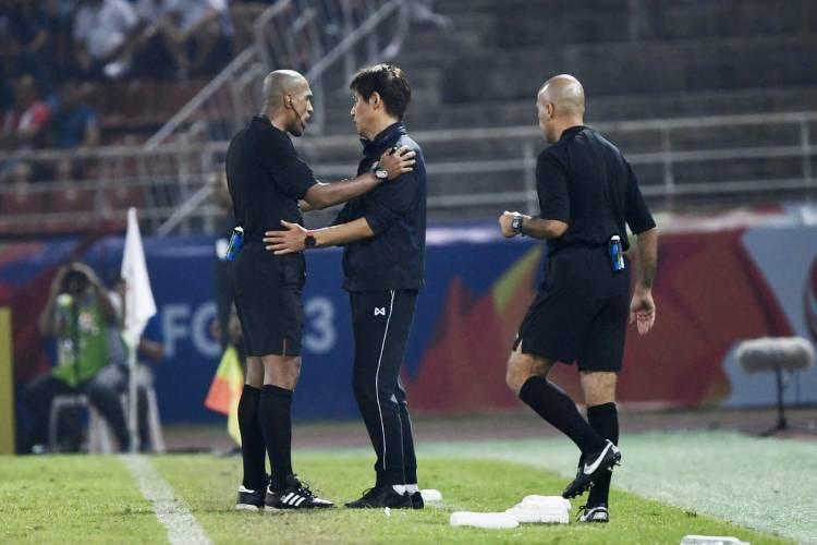 HLV Nishino bị trọng tài nhắc nhở vì lỗi phản ứng. Ảnh: Siam Sport.