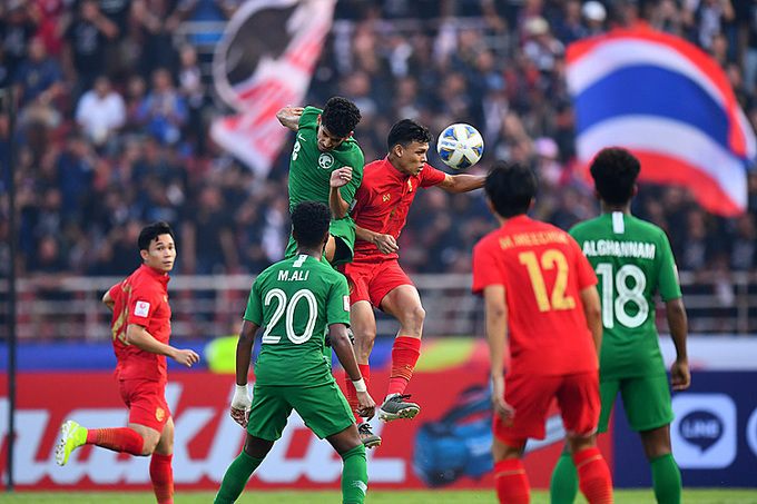 Supachai (số 9) trong một pha tranh chấp bóng với cầu thủ Arabia Saudi. Ảnh: AFC.