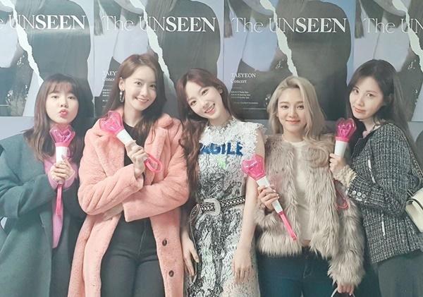 Sunny, Yoona, Hyo Yeon và Seo Hyun rủ nhau đến cổ vũ concert của trưởng nhóm Tae Yeon.