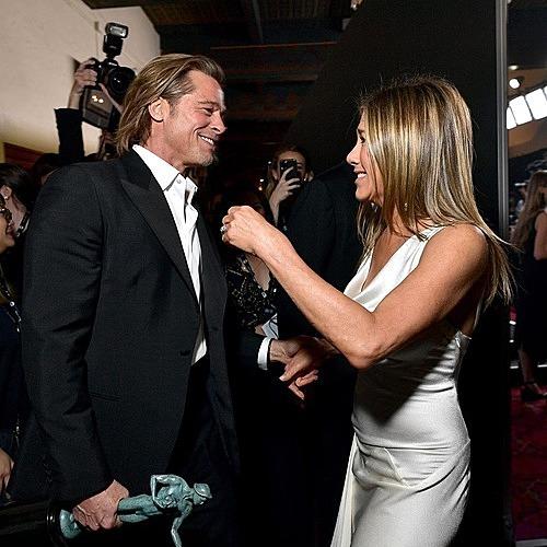 Brad Pitt và Jennifer Aniston thân thiết sau lễ trao giải. Ảnh: SAG Awards.