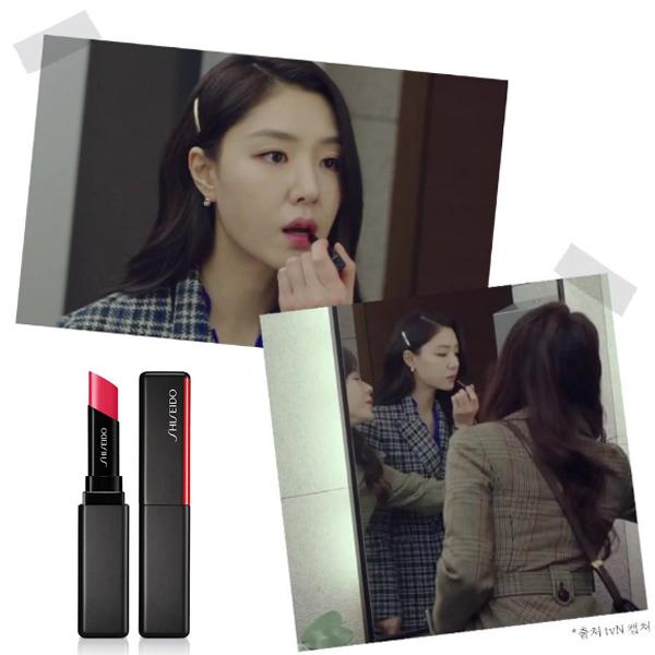 Trong một phân cảnh khi đang tút tát nhan sắc trong nhà vệ sinh, Seo Dan được các tín đồ làm đẹp phát hiện đang sử dụng cây sonShiseido VisionAiry Gel Lipstick