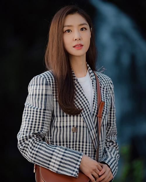 Dù đóng chung với tượng đài nhan sắc Son Ye Jin trong Hạ cánh nơi anh, dung mạocủa nữ phụ Seo Ji Hye (Seo Dan) được khen không hề thua kém. Cô trông kiêu sa, quyền lực với lối trang điểm nhẹ nhưng tươi tắn, điểm nhấn là đôi môi tươi màu.