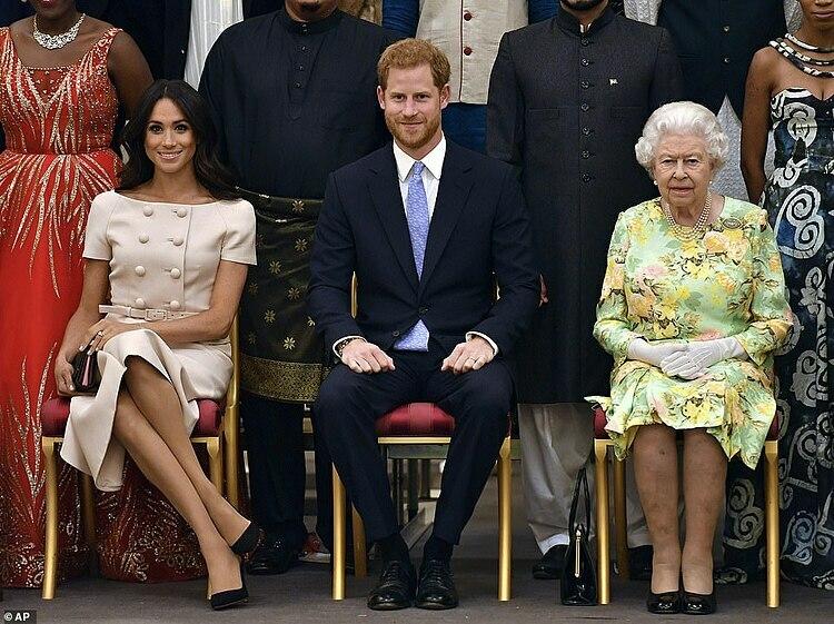 Vợ chồng Harry và Nữ hoàng (phải) trong một sự kiện. Ảnh: AP.
