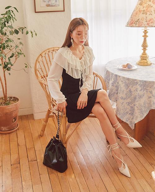 Dịp đón năm mới là cơ hội để bạn tự thưởngmột chiếc váy long lanh đi tiệc mà bình thường ít có cơ hội dám mặc hay một bộ đầm thiết kế đã ao ước từ lâu. Dù không phải là mặt hàng dành riêng cho đông, váy đi tiệc vẫn được các shop giảm giá sâu đến 70% nhằm xả kho đón Tết. Với mức giá hợp lý, bạn sẽ bớt cảm giác đau ví khi mua món đồ đôi khi chỉ diện một lần chụp ảnh.