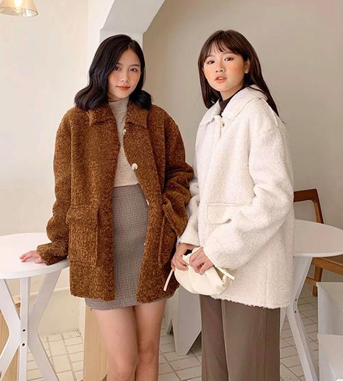 Những ngày Tết với thời tiết rét đậm là lúcthích hợp để bạn diện áo khoác dày dặn. Trong mùa giảm giá cuối năm, đây chính là món đồ khiến các shop muốn cho ra đi nhanh nhất. Mức sale off từ 50-70% thường được áp dụng cho các kiểu áo phao, áo dạ, áo lông... giúp khách hàng có cơ hội mua một chiếc áo xịn xò với mức giá rẻ hơn nhiều so với trong mùa. Trước vô số các kiểu dáng áo khoác, bạn nên chọn những chiếc có kiểu dáng cơ bản, màu sắc nhã nhặn, giúp bạn mặc từ năm này qua năm khác mà không lo lỗi mốt.