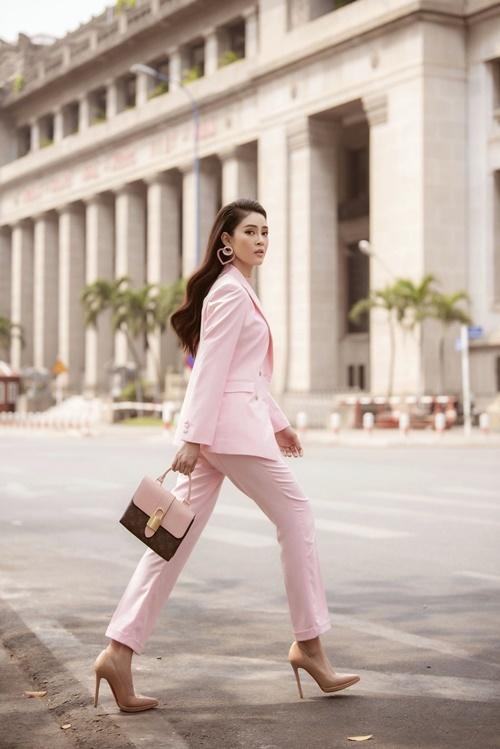 Nữ diễn viên Gã giang hồ xuống phố với set đồtheo phong cách công sở. Cô phối bộ suit tone hồng cùng giày cao gót và túi xách tiệp màu.
