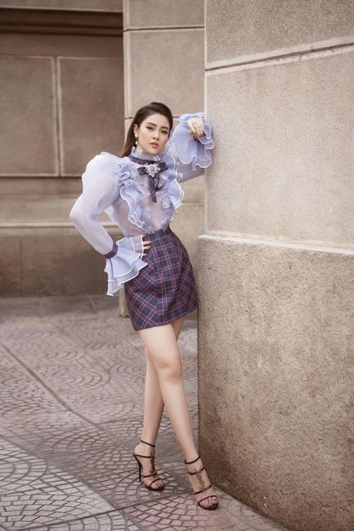Phần bèo nhún cổ tay, dọc thân áo mang lại vẻ điệu đà, nữ tính cho người mặc. Sandals dây mảnh của Yves Saint Laurent khiến tổng thể trở nên hoàn thiện hơn.
