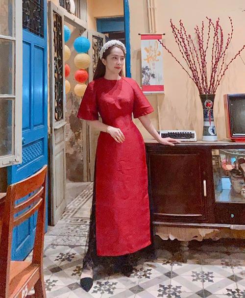 Quỳnh Nga diện áo dài đỏ xúng xính trong ngày 29 Tết.