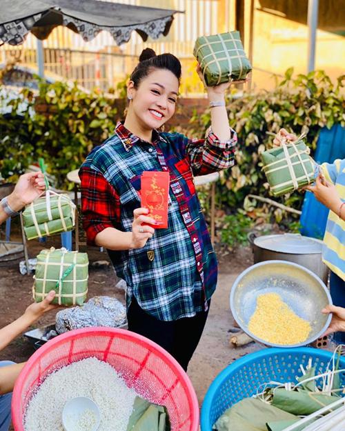 Nhật Kim Anh pose hình nghịch ngợm khi về quê nấu bánh chưng.
