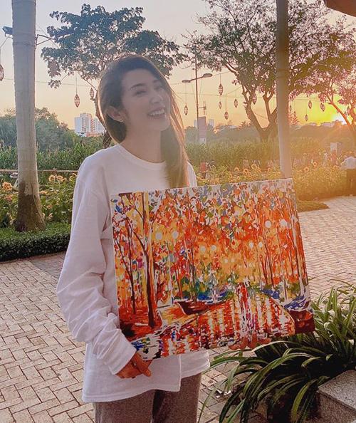 Khổng Tú Quỳnh khoe bức tranh do chính cô sáng tạo nên.