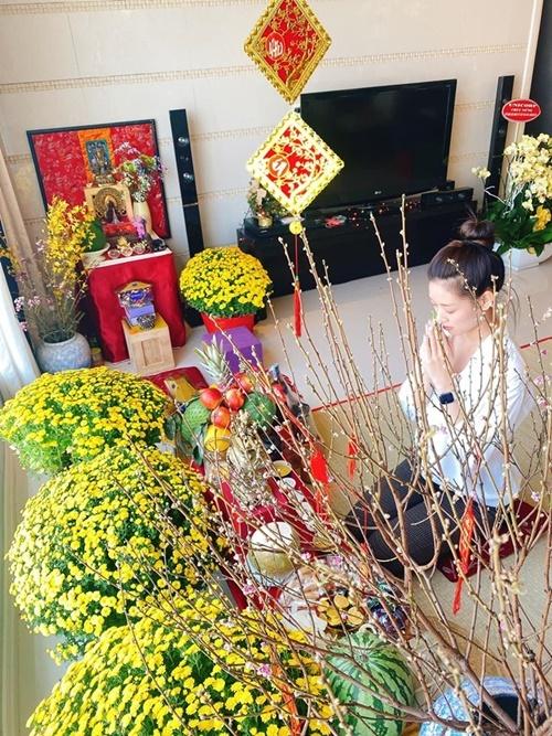 Khánh Vân đón Tết tại căn hộ phần thưởng dành cho Hoa hậu Hoàn vũ Việt Nam. Sáng 30 tháng Chạp, cô cùng mẹ đi chợ, cặm cụi cắm hoa, bày trí trái cây và lễ bái.