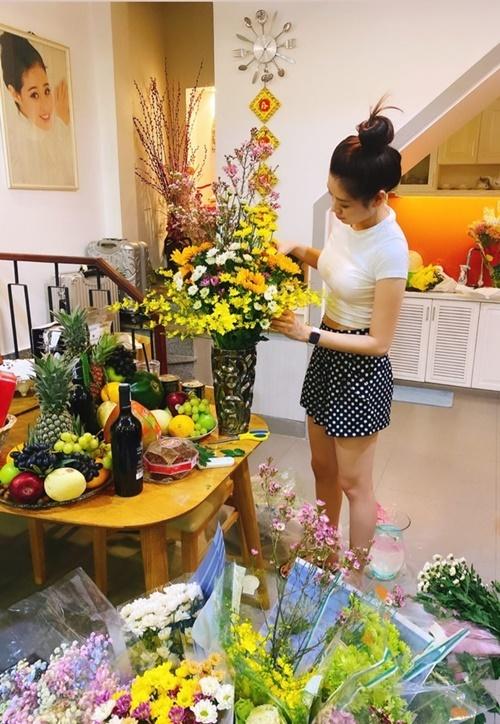 Trước đó, vào 28 tháng Chạp cô về nhà bố mẹ đẻở quận Bình Thạnh (TP HCM) sắm đồ Tết. Người đẹp sinh năm 1995 bày trái cây, cắm hoa. Sau một tháng đăng quang hoa hậu, cô tham dự nhiều event, chương trình thiện nguyện.