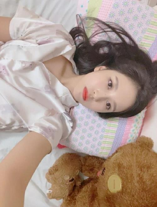 Mina (Twice) bất ngờ cập nhật Instagram sau thời gian ở ẩn, chúc năm mới các fan.