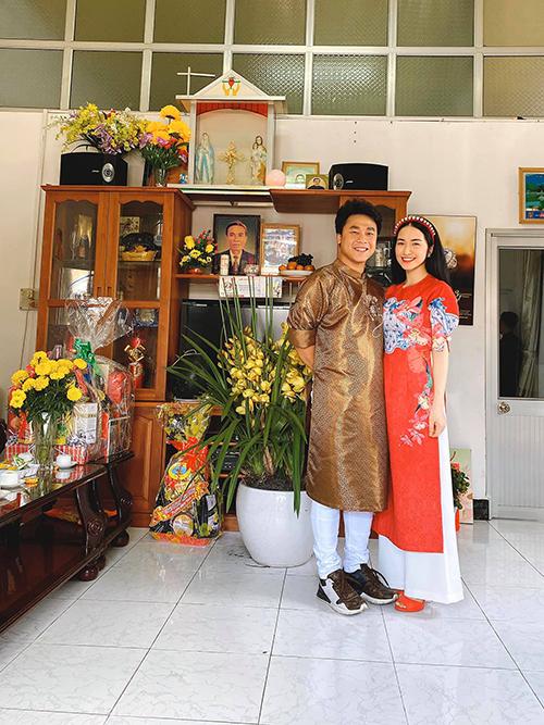 Hòa Minzy và bạn trai diện áo dài đón Tết với nhau.