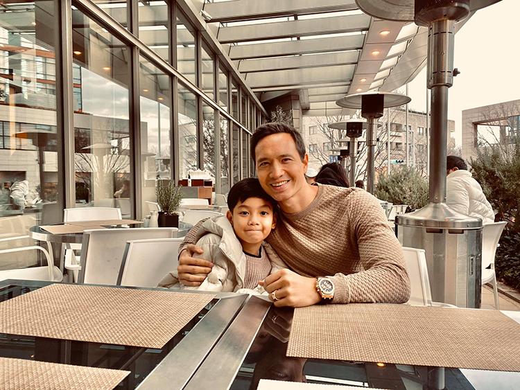 Kim Lý chụp hình cùng con riêng của Hồ Ngọc Hà. Họ có chuyến du lịch Nhật Bản đầu năm mới.