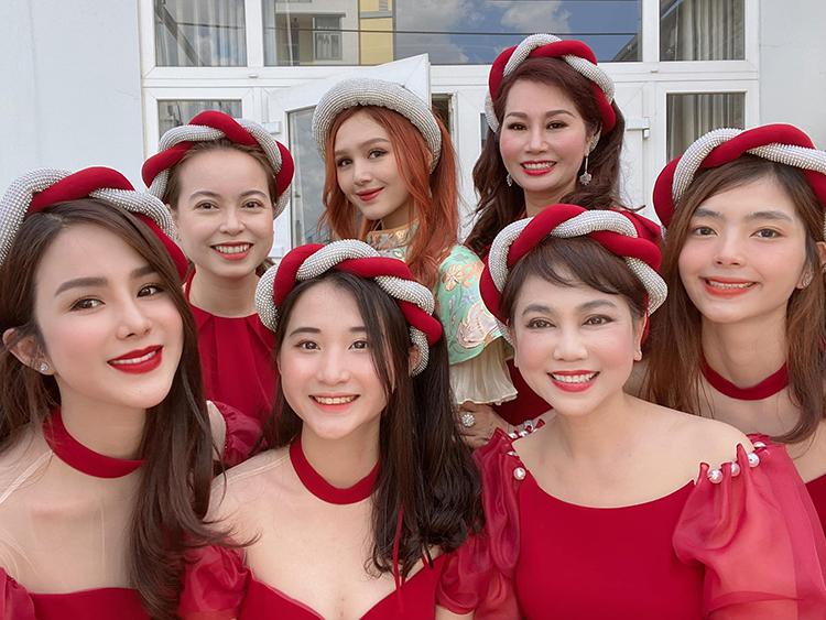 Diệp Lâm Anh đón Tết cùng gia đình. Mọi người cùng diện đồ đồng điệu pose hình.