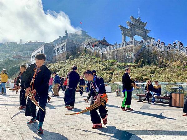 Ăn Tết từ trên núi xuống dưới biển: Tại Sun World Fansipan Legend (Sa Pa), du khách được đắm mình trong cái Tết của người Tây Bắc, vừa trải nghiệm và tận hưởng những nét văn hóa độc đáo và tinh túy của vùng cao, vừa tham gia nhiều hoạt động linh thiêng trong dịp đầu năm mới với một chuỗi các sự kiện xuân như Lễ hội Khèn hoa, Hội xuân Mở cổng trời 2020... diễn ra từ ngày 27/1 đến ngày 27/3.