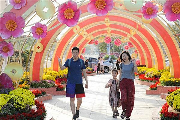 Ngay trung tâm thành phố là những hoạt động sôi nổi tại Sun World Danang Wonder. Lễ hội Xuân Phát Tài tại khu vực công viên Sun World Danang Wonders diễn ra từ ngày 17/1 đến ngày 1/2 (tức từ 23 tháng Chạp đến mùng 8 Tết). Đây không đơn thuần là một lễ hội mà còn mang đến cho những du khách thích tiệc tùng, khám phá và trải nghiệm những giây phút chơi Tết, ăn Tết vui vẻ, sảng khoái.