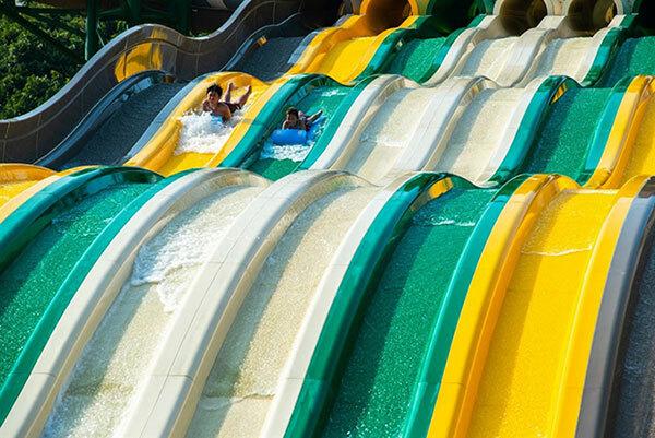Đón xuân tại phương Nam: Ngay trước Tết Canh Tý, giới trẻ phía Nam đã đua nhau check-in hai điểm đến mới hấp dẫn là công viên Aquatopia Water Park tại quần thể vui chơi giải trí biển Sun World Hon Thom Nature Park và Núi Bà Đen (Tây Ninh). Công viên nước Aquatopia Water Park được kiến tạo theo hai chủ đề chính là Đảo hoang huyền bí và Thổ dân hoang dã, đưa du khách vào hành trình khám phá ly kỳ khi lần lượt trải nghiệm từng khu vực chủ đề như Sinh vật biển, Động vật hoang dã, Thủy quái, Thổ dân, Cướp biển. Bên cạnh đó, Aquatopia Water Park sở hữu hơn 20 trò chơi cảm giác mạnh được thiết kế bởi hai nhà cung cấp hàng đầu thế giới Proslides Technology Inc Canada và Whitewater West Industries Ltd Canada, trong đó, rất nhiều trò chơi lần đầu tiên có mặt tại Việt Nam.