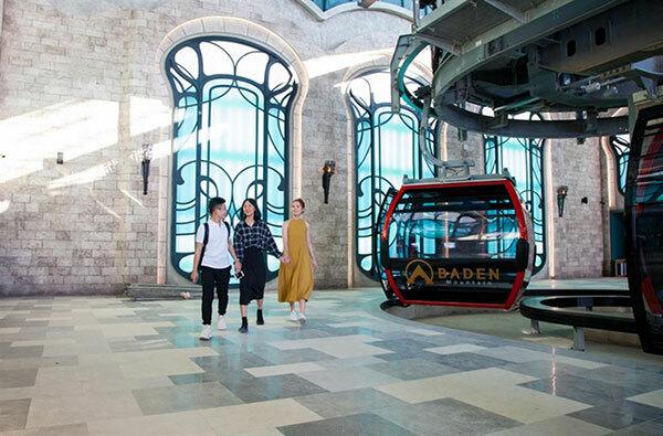 Còn ghé thăm Tây Ninh, ngoài việc trải nghiệm tuyến cáp treo đưa khách lên thẳng đỉnh núi Bà Đen, du khách còn có cơ hội tham gia lễ Hội xuân Núi Bà Đen năm 2020 với chủ đề Hương sắc Tây Ninh, bắt đầu từ ngày 28/1 (mùng 4 Tết) tại Sun World Ba Den Mountain.