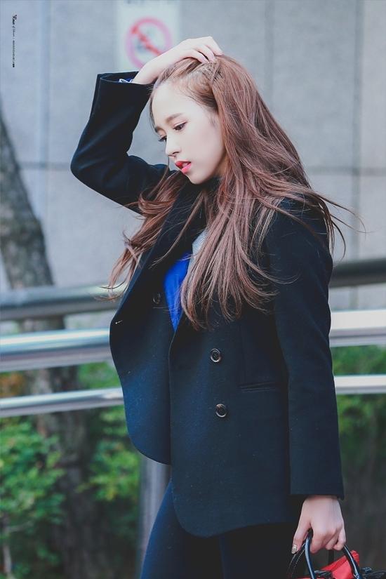 Mina sinh ra trong gia đình tri thức giàu có tại Nhật Bản. Nữ idol được khen đẹp thanh lịch sang trọng nhưng không tạo cảm giác kiêu kỳ xa cách mà rất gần gũi.