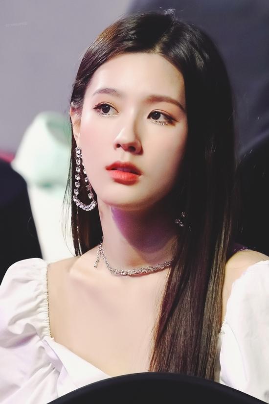 Mi Yeon được đánh giá cao về gương mặt xinh đẹp thanh tú và phong thái thùy mị, đoan trang. Thậm chí nhiều fan còn cho rằng Mi Yeon là đối thủ nặng ký cạnh tranh danh hiệu nữ thần thanh lịch cùng với thiên nga đen Mina của Twice.