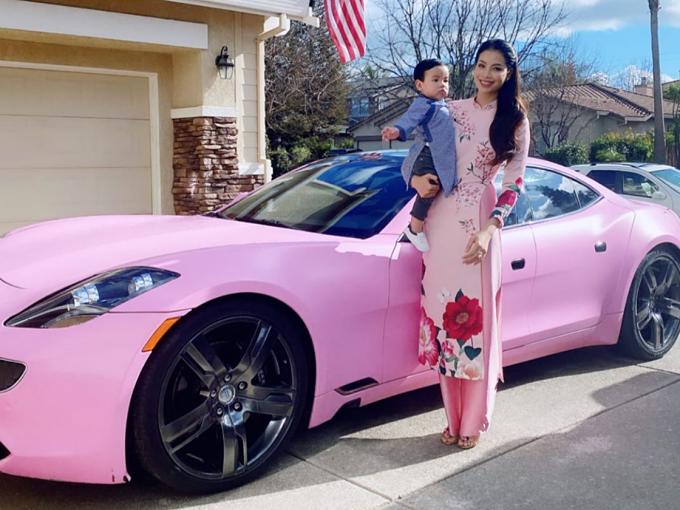 Ở Mỹ, Phạm Hương vẫn diện áo dài đón Tết. Hoa hậu đi chơi với con trai bằng chiếc siêu xe màu hồng.