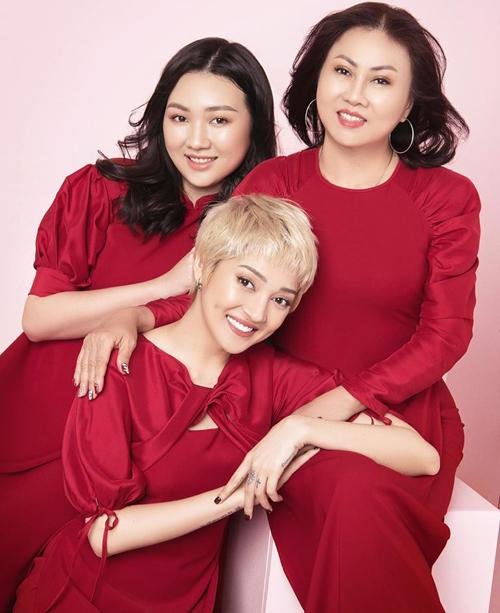 Bảo Anh diện áo dài đỏ tông xuyệt tông với mẹ và em gái.